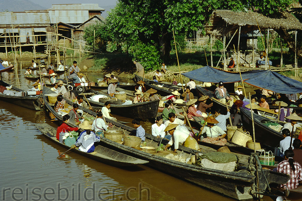 On the floating market in Ywama