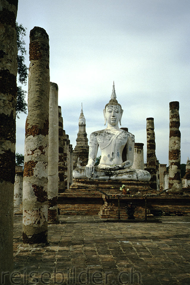 Buddha statue in the site of Old Sukothai